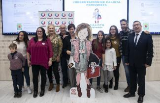Representantes de UNIMID acompañados de familias con niños con IMID junto al presentador Roberto Leal en la presentación del cuento 'Calista periodista'